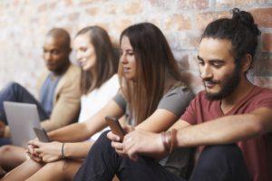 Millenials mirando sus móviles